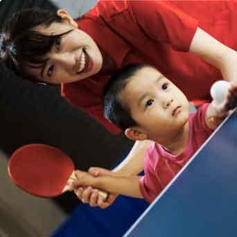卓球コーチと習う男子