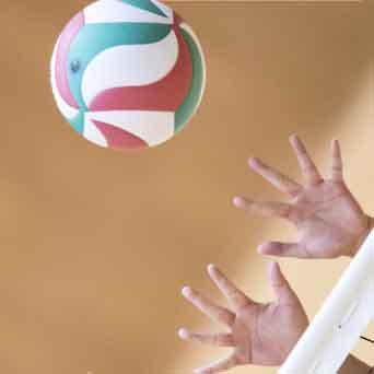 バレーボールでトスをする手